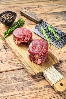 Сырое свежее мраморное мясо стейк из филе миньон.
