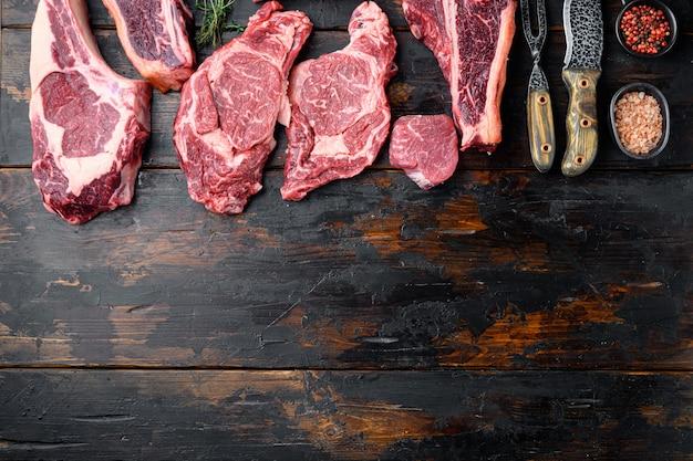 Свежий сырой стейк из мраморного мяса, набор приправ, томагавк, косточка, клубный стейк