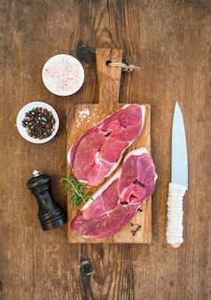 まな板の生の新鮮な肉子羊のアントレコートと調味料