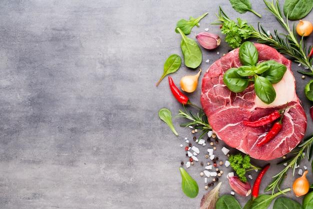 Стейк рибай из сырого свежего мяса со специями.
