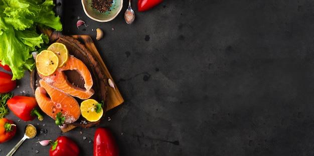 Сырые свежие органические стейки из лосося на деревянной разделочной доске
