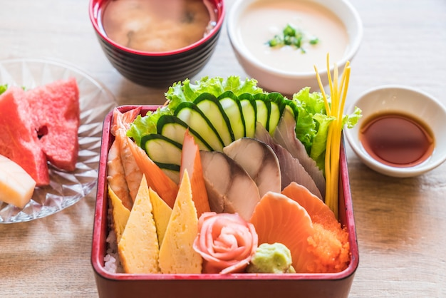 Сырые свежие сашими с рисом в бенто коробке