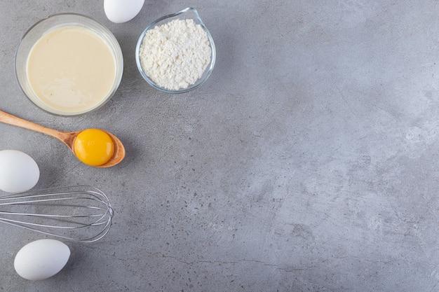 원시 신선한 흰 닭고기 달걀 돌 배경에 배치합니다.