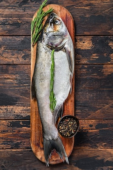 生の新鮮な丸ごとの魚の銀鯉
