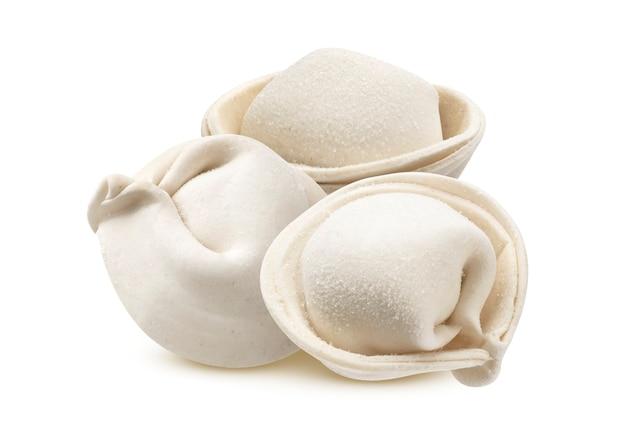 원시 냉동 만두, 흰색 배경에 고립 된 수제 러시아 만두