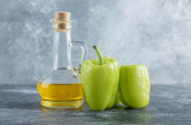 Peperoni dolci organici verdi crudi pronti per cucinare con. foto di alta qualità
