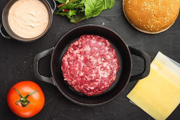 원시 갈은 쇠고기 고기 버거 스테이크 커틀릿 세트, 검은 돌 테이블, 평면도 평면 누워