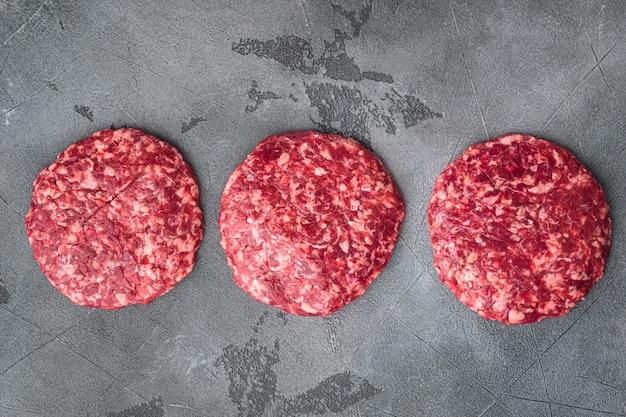 회색 돌에 쇠고기 생고기 버거 스테이크 커틀릿 세트