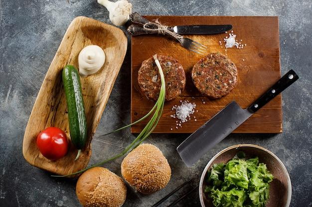 牛ひき肉の生肉バーガーステーキカツレツに具材をのせて