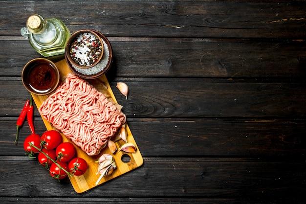 토마토와 향신료를 곁들인 생 갈은 쇠고기.