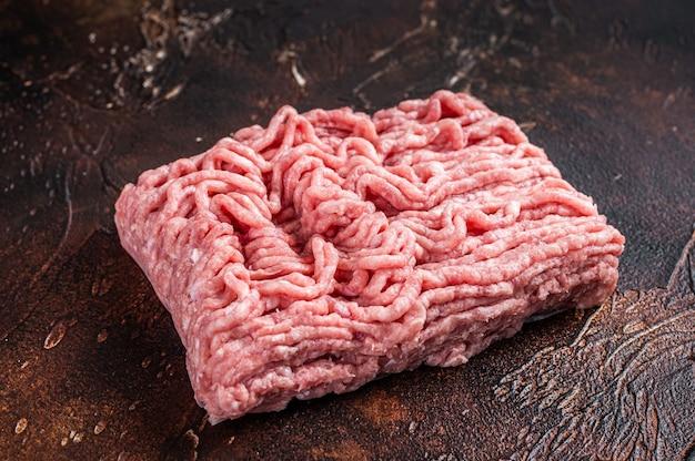 갈색 테이블에 원시 지상 닭고기 또는 칠면조 고기. 평면도.