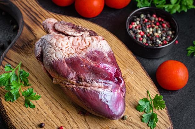 테이블에 원시 심장 내장 돼지 고기 또는 쇠고기 고기 음식