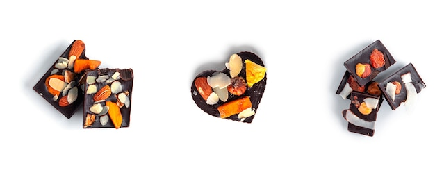 흰색 바탕에 말린 과일과 견과류와 함께 원시 심장 모양의 초콜릿