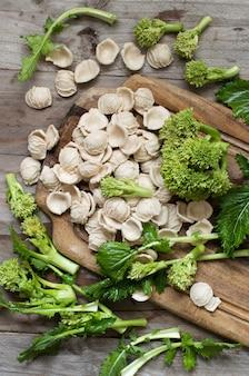 生の自家製オレキエッテパスタとカブの葉野菜の上面図