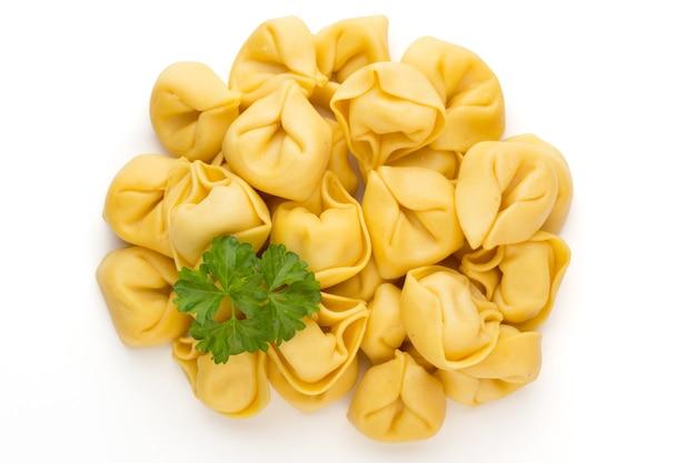 Сырые домашние макароны, тортеллини с зеленью.