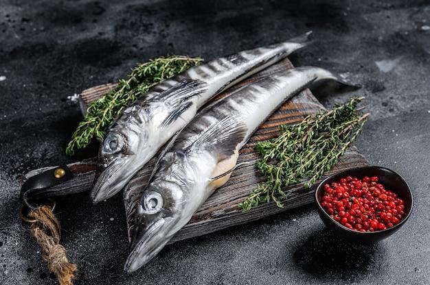 Сырая ледяная рыба на деревянной разделочной доске.