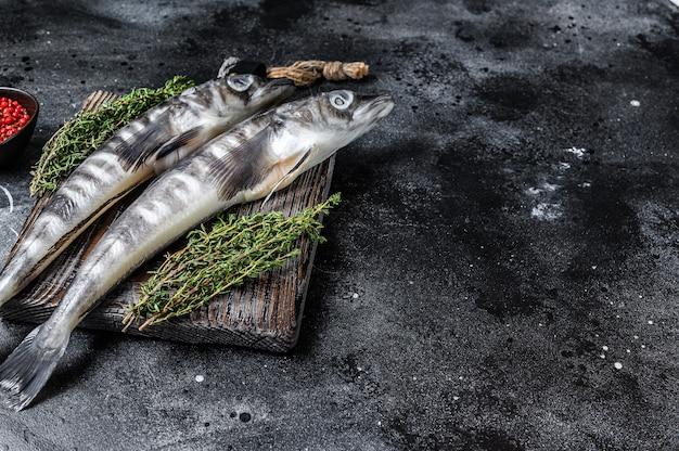 Сырая ледяная рыба на деревянной разделочной доске
