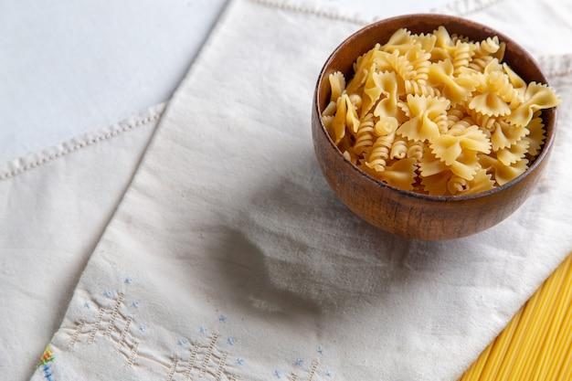 Pasta italiana cruda su una ciotola