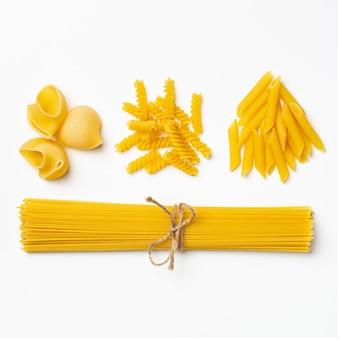 Сырые итальянские спагетти и паста на белом