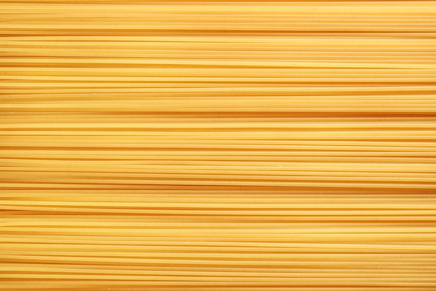 Горизонтальное направление сырых итальянских спагетти.