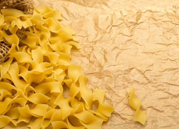 Текстура сырой итальянской пасты тальятелле