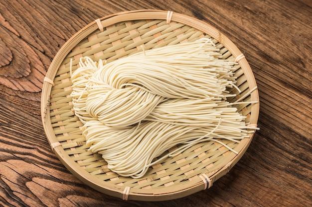 Il ramen giapponese crudo è su un tavolo di legno