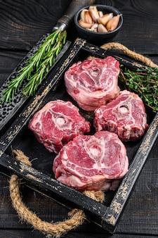 Сырое мясо шеи ягненка на столе мясника с ножом.