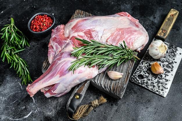にんにく、ローズマリーで焼く準備ができている生の子羊の肩肉