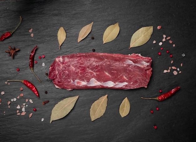 Сырое филе бараньей вырезки или филе баранины. свежее филе барана, филе корейки со специями, вид сверху