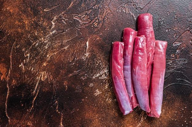 Сырое мясо вырезки ягненка на столе мясника. вид сверху.