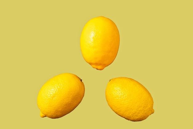 Сырые плоды лимона на модном освещающем фоне, минимальная концепция.