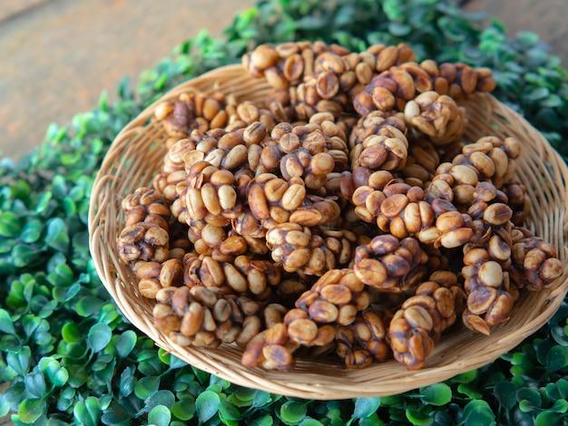 世界で最も高価なコーヒー豆を焙煎する前の生のルアクコーヒー豆