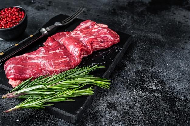 Сырая юбка из мачете, стейк из говядины на мраморной доске