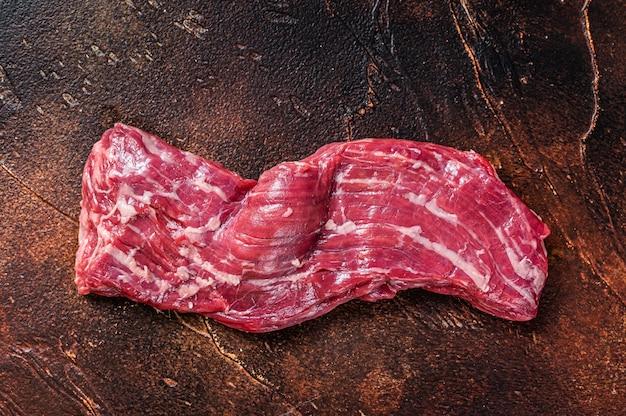 Стейк из говядины с сырой мачете и юбкой на мясном столе