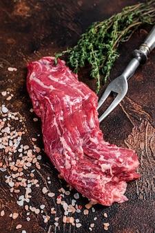 Стейк из говядины на вилке из сырого мачете
