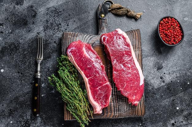 霜降り肉の生サーロインステーキ。上面図。