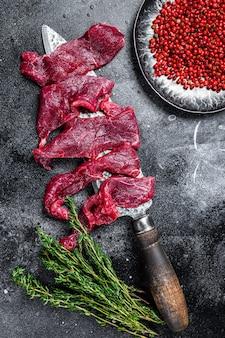 ビーフストロガノフ用に薄い細片にカットされた生の霜降り肉