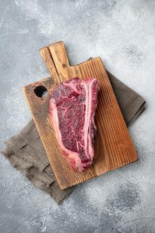 生肉ビーフステーキ。木製のまな板に黒アンガスプライム肉