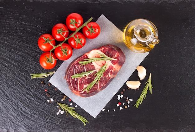 Стейк из сырого мяса из говядины с косточкой