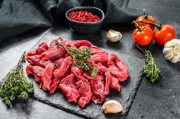 Сырое мясо нарезать тонкой соломкой для бефстроганова