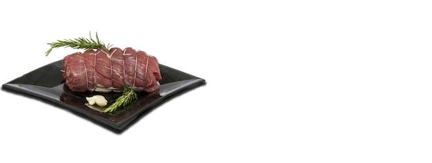 生肉料理の白い背景、コピースペースのバナー画像