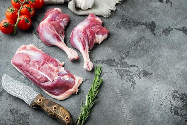 生肉、アヒルの脚の太もも、胸肉のセット、ハーブと食材