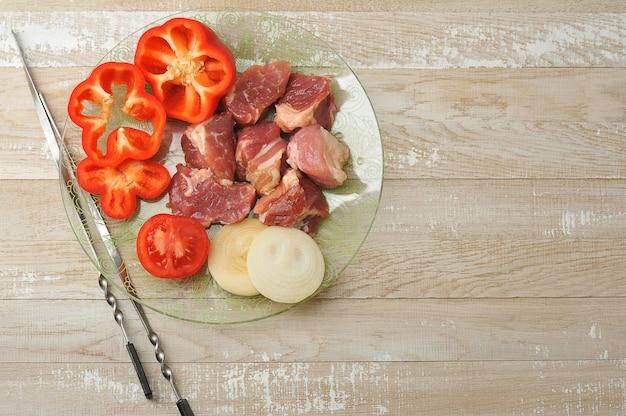Shashlik- 요리를위한 생고기 조각으로 잘라