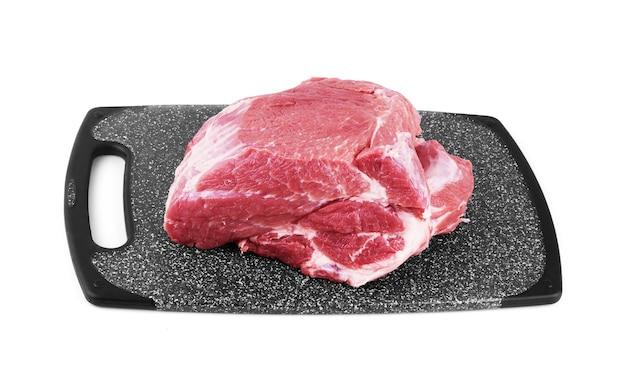 Сырое мясо на разделочной доске.