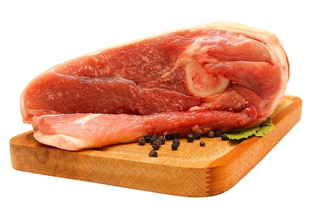 Сырое мясо на деревянной доске, изолированные на белом фоне