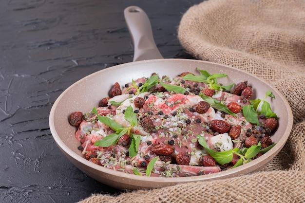 鍋にフレッシュミントを入れた生肉サラダ。