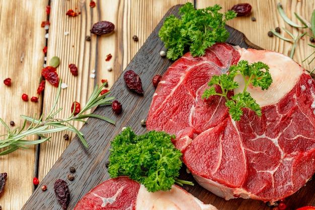 Ломтик сырого мяса для гриля с приправой