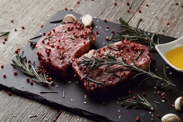 Сырое мясо с зеленью и специями