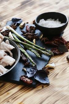 Сырое мясо с ингредиентами для приготовления еды