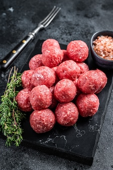 다진 쇠고기와 백리향을 곁들인 돼지 고기 생 미트볼